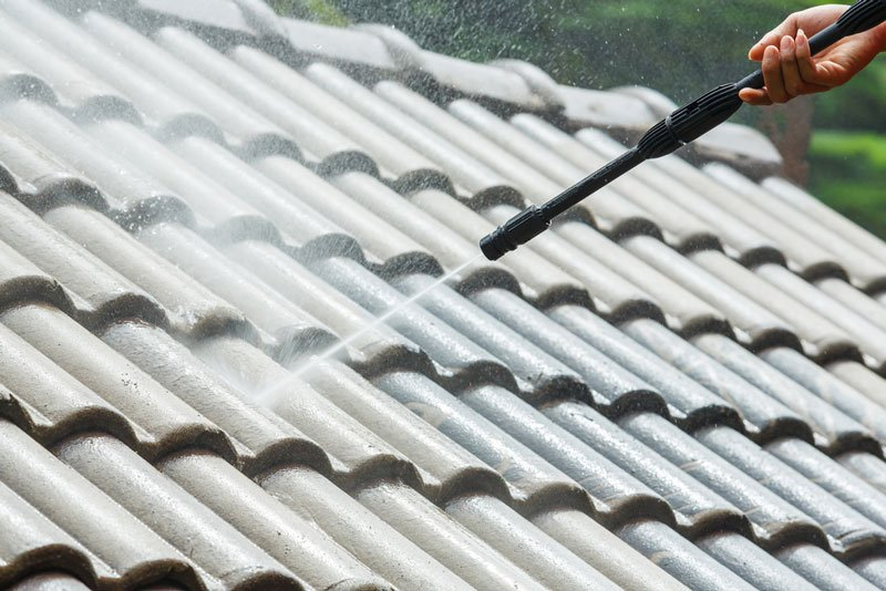 roof-cleaning-with-high-pressure-water